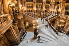 PARIS, FRANKREICH - 3. MAI 2016: Leute, die Fotos an der Oper Paris machen Lizenzfreie Stockfotos