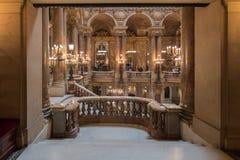 PARIS, FRANKREICH - 3. MAI 2016: Leute, die Fotos an der Oper Paris machen Stockfoto