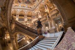 PARIS, FRANKREICH - 3. MAI 2016: Leute, die Fotos an der Oper Paris machen Stockbilder