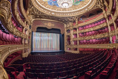 PARIS, FRANKREICH - 3. MAI 2016: Leute, die Fotos an der Oper Paris machen Stockfotografie