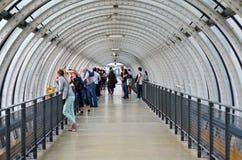 Paris, Frankreich - 13. Mai 2015: Leutebesuch Glasrohrkorridor in Pompidou-Mitte Lizenzfreie Stockbilder