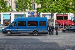 PARIS, FRANKREICH - 25. MAI 2019: Polizei in Paris auf dem Alleen-DES Champs-Elysees Es gibt viel Polizei auf den Straßen von Par lizenzfreie stockfotos