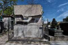 PARIS, FRANKREICH - 2. MAI 2016: Seguin Alphonse Daudets la Chevre de Monsieur Autorngrab in Pere-Lachaisekirchhof homeopaty foun lizenzfreie stockfotografie