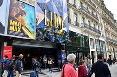 Paris, Frankreich - 14. Mai 2015: Touristen auf dem Alleen-DES Champs-Elysees Lizenzfreie Stockbilder