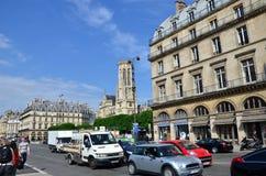 Paris, Frankreich - 13. Mai 2015: Touristen besuchen die Mitte von Paris Lizenzfreie Stockfotografie