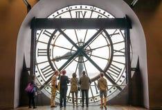 Paris, Frankreich - 14. Mai 2015: Touristen, die durch die Uhr im Museum D'Orsay schauen Stockbild