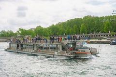 Paris, Frankreich - 1. Mai 2017: Touristen kreuzen auf der Seine Stockbild