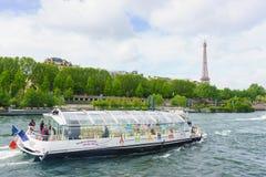Paris, Frankreich - 1. Mai 2017: Touristen kreuzen auf der Seine Lizenzfreie Stockfotografie