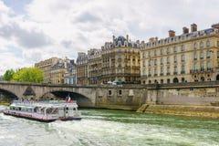 Paris, Frankreich - 1. Mai 2017: Touristen kreuzen auf der Seine Stockbilder