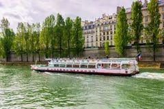 Paris, Frankreich - 1. Mai 2017: Touristen kreuzen auf der Seine Lizenzfreies Stockfoto