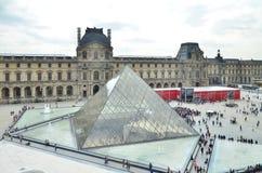 Paris, Frankreich - 13. Mai 2015: Touristisches Besuch Louvremuseum in Paris Lizenzfreies Stockbild