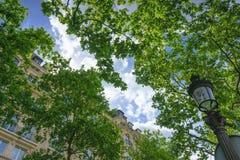 Paris, Frankreich - 1. Mai 2017: Uprisen-Winkel eines bewölkten Himmels mit Stockfotos
