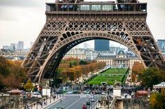 Paris, Frankreich Nahe Ansicht des berühmten Eiffelturms und des Champ de Mars lizenzfreie stockbilder
