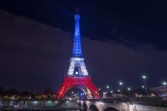 paris frankreich 24. NOVEMBER 2015: Der Eiffelturm belichtet herauf Esprit Stockbild