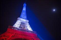 paris frankreich 24. NOVEMBER 2015: Der Eiffelturm belichtet herauf Esprit Stockfotografie