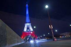 paris frankreich 24. NOVEMBER 2015: Der Eiffelturm belichtet herauf Esprit Stockbilder