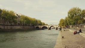 PARIS, FRANKREICH - 7. OKTOBER 2017 Der die Seine-Damm am sonnigen Tag des Herbstes Lizenzfreie Stockbilder