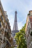 PARIS, FRANKREICH - 12. OKTOBER 2014: Eiffelturm mit Straßenansicht Lizenzfreie Stockfotografie