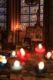 Paris, Frankreich - 28. Oktober 2018: Innenraum von Kathedrale Notre Dame de Paris Kleiner Altar mit unscharfen Angebotkerzen an lizenzfreie stockfotografie