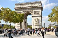 PARIS/FRANKREICH - 23. September 2011: Viele Leute am Westende des Alleen-DES Champs-Elysees mit sehr berühmtem Monument &#x Lizenzfreie Stockfotografie