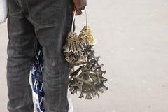 Paris Frankrike - April 12, 2011: Afrikanska invandrare säljer souvenir royaltyfri foto