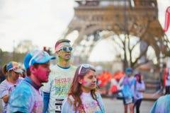 PARIS FRANKRIKE - APRIL 17: Deltagare av färgen som körs nära Eiffeltorn på April 17, 2016 i Paris, Frankrike Färgkörningen äger  Arkivbild
