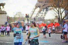 PARIS FRANKRIKE - APRIL 17: Deltagare av färgen som körs nära Eiffeltorn på April 17, 2016 i Paris, Frankrike Färgkörningen äger  Royaltyfri Fotografi