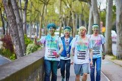 PARIS FRANKRIKE - APRIL 17: Deltagare av färgen som körs på April 17, 2016 i Paris, Frankrike Färgkörningen är en världsomspännan Fotografering för Bildbyråer