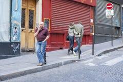 Paris Frankrike - April 11, 2011: En tyst gata med restauranger arkivbild