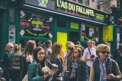 Paris Frankrike - April 21, 2016 - folk ställer upp för att köpa special judisk mat: Fallafel Arkivbilder