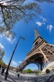 Paris Frankrike - 19 April, 2016: Folket går runt om Eiffeltorn Royaltyfria Bilder