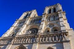 PARIS FRANKRIKE - APRIL 15, 2019: Notre Dame de Paris domkyrka, Frankrike Gotisk arkitektur arkivfoto