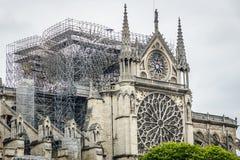 Paris Frankrike - April 16th, 2019: Domkyrka Notre Dame de Paris efter den tragiska branden av April 15th, 2019 royaltyfri bild