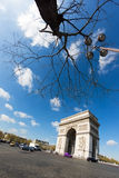 Paris Frankrike - 19 April, 2016: Triumf- båge i den Champs-Elysees boulevarden Royaltyfri Bild