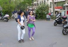 Paris Frankrike - April 11, 2011: Två lyckliga kvinnor har gyckel tillsammans i staden royaltyfri foto