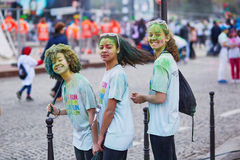 PARIS FRANKRIKE - APRIL 17: Unga deltagare av färgen kör på April 17, 2016 i Paris, Frankrike Färgkörningen är världsomspännande  Arkivbild