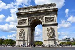 Paris Frankrike, 11 Augusti 2018 Bågen av Triumph Arc de Triomphe trängde ihop med folk arkivfoton