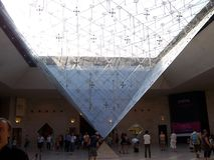 Paris Frankrike-Augusti 05, 2009: Bild av den underlägsna pyramiden av Louvreslotten i Paris, Frankrike arkivbild