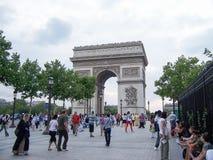 Paris Frankrike-Augusti 07, 2009: En folkmassa av turister och medborgare som går nära Arcet de Triomphe Paris Champs-Elysees arkivfoto