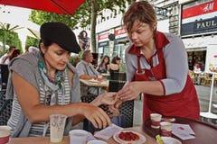 PARIS FRANKRIKE - Augusti 19, 2014 Flickan i den parisiska kafénollan Royaltyfri Bild