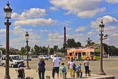 PARIS FRANKRIKE - Augusti 19, 2017: Folk som väntar på tourisna Arkivfoto