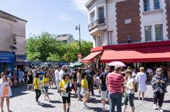 PARIS FRANKRIKE - Augusti 7: härlig gatasikt av Montmartre Arkivfoton