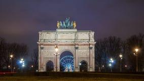 Paris Frankrike - Augusti 04, 2006: Härlig sikt av Arc de Triomphe du Karusell i aftonen mot bakgrunden arkivbild