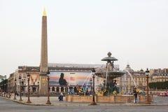 Paris Frankrike - Augusti 27,2017: Härlig stad med byggnader, tornet och springbrunnen arkivfoto