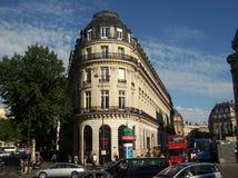 Paris Frankrike-Augusti 05, 2009: historisk byggnad på gatan i mitten av Paris royaltyfri foto