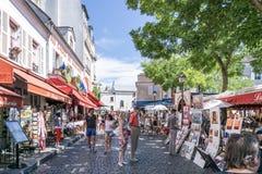 PARIS FRANKRIKE - Augusti 7: härlig gatasikt av Montmartre Arkivfoto