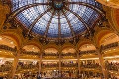 PARIS FRANKRIKE - Augusti 16, 2017: Inre av Galeriesen Lafaye Arkivfoto