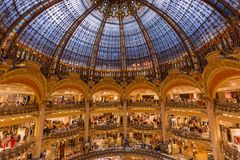 PARIS FRANKRIKE - Augusti 16, 2017: Inre av Galeriesen Lafaye Royaltyfria Foton