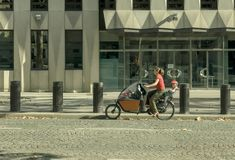 Paris Frankrike 14 Augusti 2018 kvinna på en cykel royaltyfri foto