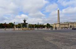 Paris Frankrike, Augusti 2018 La Concorde Square Springbrunn, Luxor obelisk, gataljus och turister molnig sky arkivfoto
